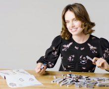 Daisy Ridley baut einen LEGO Millennium Falken